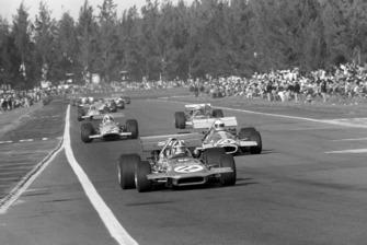 Крис Эймон, March 701, Джек Брэбэм, Brabham BT33, и Денни Хьюм, Mclaren M14A