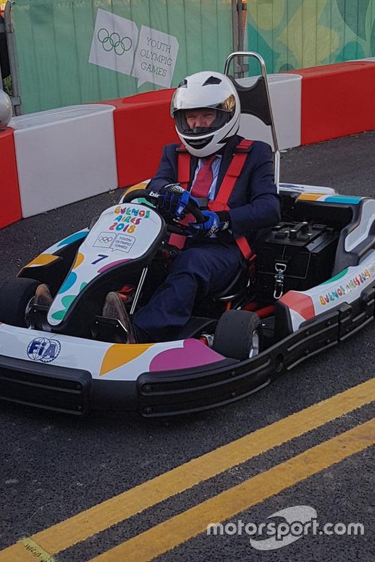 Presidente CIO Thomas Bach prueba un kart del FIA Juegos Olímpicos Juventud