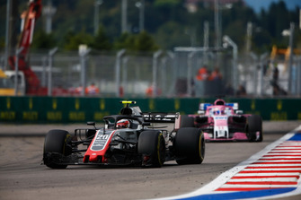 Kevin Magnussen, Haas F1 Team VF-18, devant Sergio Perez, Racing Point Force India VJM11