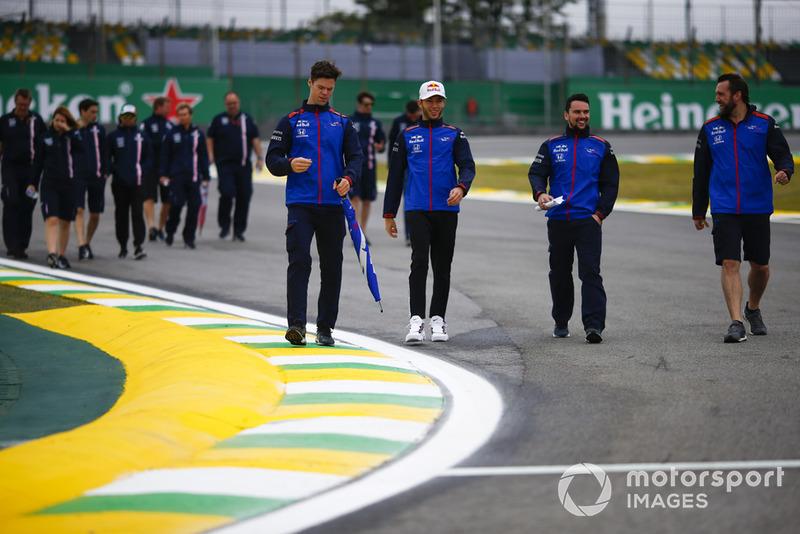 Pierre Gasly, Toro Rosso, et Sergio Perez, Force India, parcourent la piste à pied avec leur équipe
