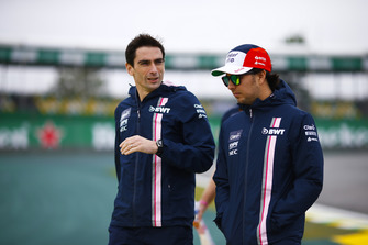 Sergio Perez, Force India, parcourt la piste à pied