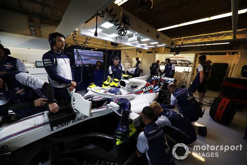 Meccanici al lavoro sulla monoposto di Sergey Sirotkin, Williams FW41, nel garage