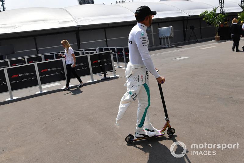 Lewis Hamilton, Mercedes AMG F1, con un monopattino