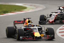 Daniel Ricciardo, Red Bull Racing RB13, leads Romain Grosjean, Haas F1 Team VF-17