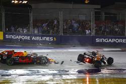 Столкновение: Фернандо Алонсо, McLaren MCL32, Макс Ферстаппен, Red Bull Racing RB13, и Кими Райкконен, Ferrari SF70H