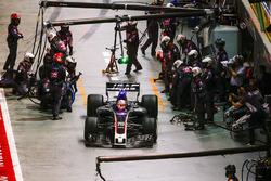 Kevin Magnussen, Haas F1 Team VF-17, au stand