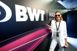 Görög Zita a rózsaszín Mercedes garázsban