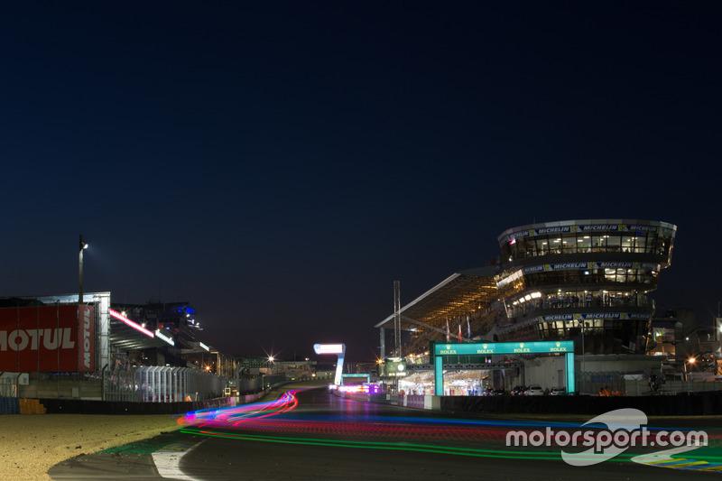 23. Renn-Action in Le Mans bei Nacht