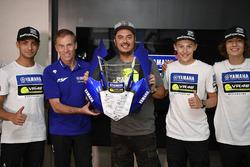 Lin Jarvis, directeur général Yamaha Factory Racing, et Alessio Salucci, directeur de la VR46 Riders Academy, avec des participants au 4e Yamaha VR46 Master Camp