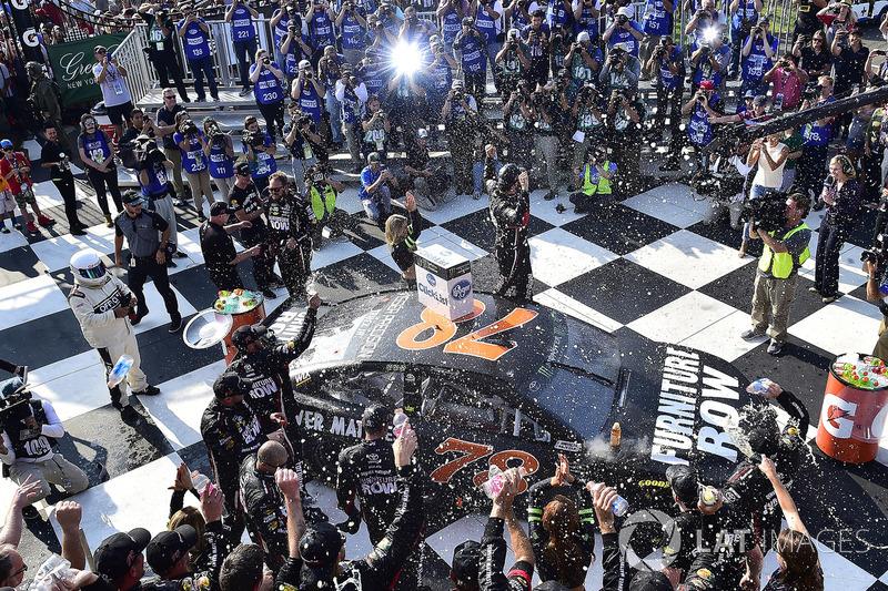 4. El vencedor de la prueba Martin Truex Jr., Furniture Row Racing Toyota