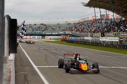 Neil Verhagen wint de race