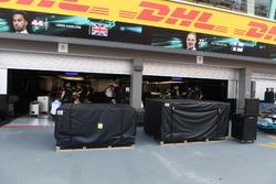 Mercedes AMG F1, Garage und Frachtgut