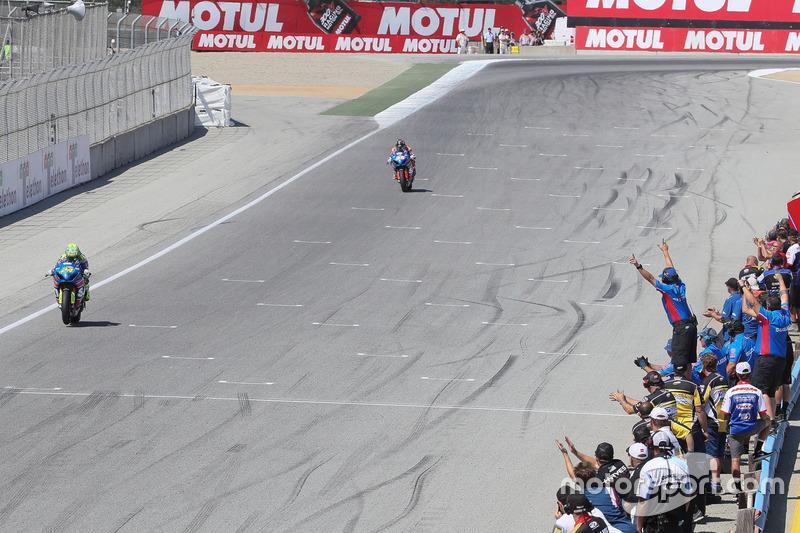 Toni Elías, equipo Suzuki, cruza la meta en Laguna Seca