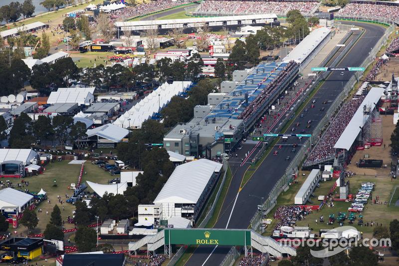 Льюіс Хемілтон, Mercedes AMG F1 W08, та Себастьян Феттель, Ferrari SF70H, лідирують на старті