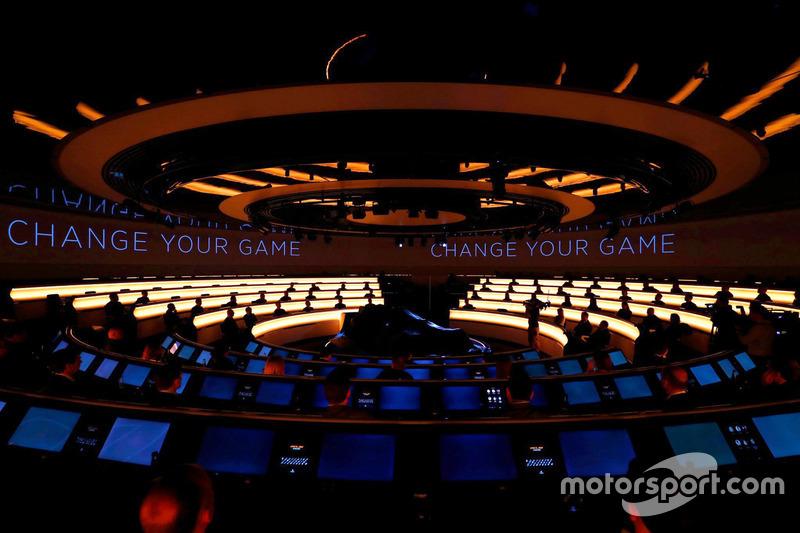 McLaren MCL32 под покрывалом