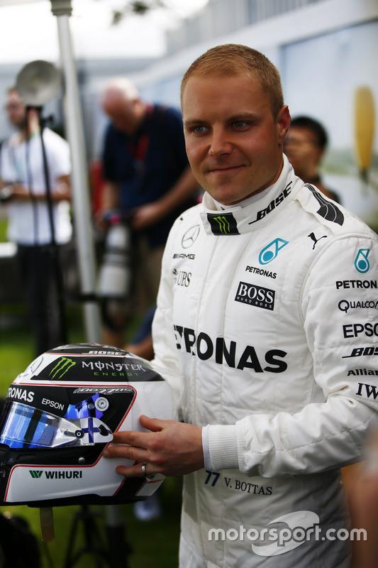 Valtteri Bottas, Mercedes AMG, con su casco