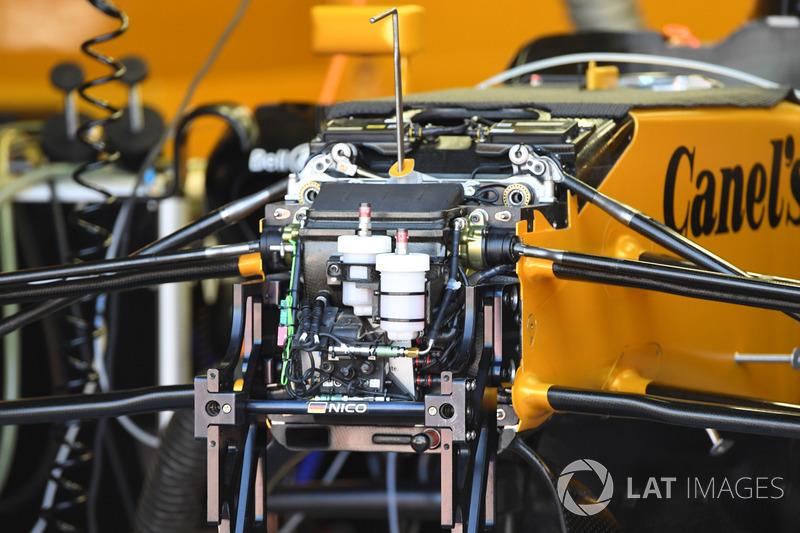 Detalles del chasis, suspensión y depósitos del líquido de freno del Renault RS17