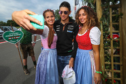 Esteban Ocon, Sahara Force India F1 con delle ragazze