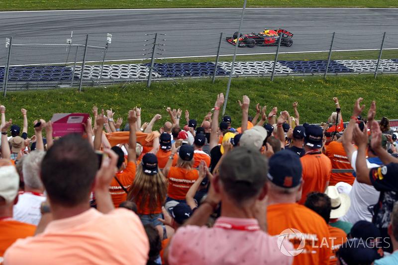 Max Verstappen, Red Bull Racing RB13, und seine Fans