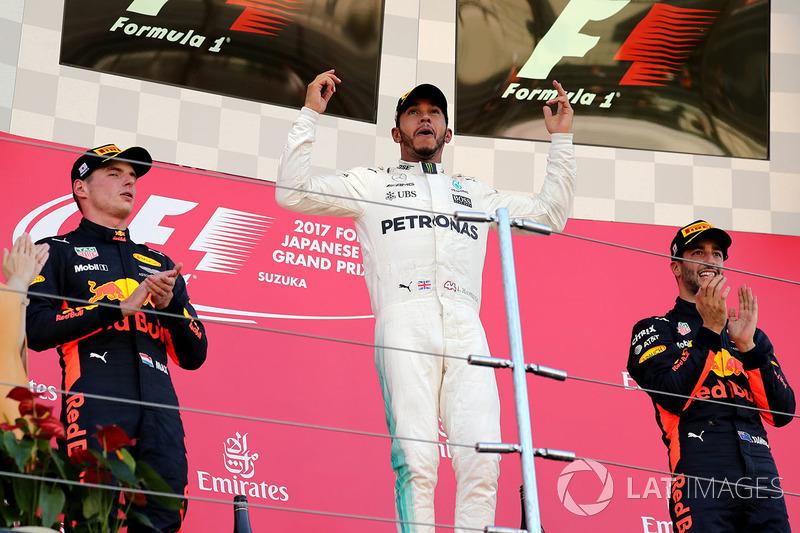 Il vincitore della gara Lewis Hamilton, Mercedes AMG F1 festeggia sul podio con Max Verstappen, Red Bull Racing e Daniel Ricciardo, Red Bull Racing