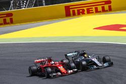 Себастьян Феттель, Ferrari SF70H, и Льюис Хэмилтон, Mercedes AMG F1 W08