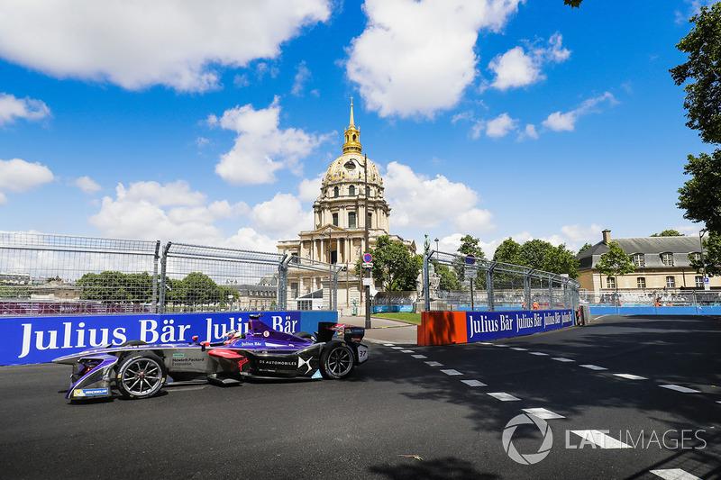 Следом за ним в столице Франции финишировал дебютант сезона Хосе Мария Лопес. Трехкратный чемпион WTCC несколько раз попадал в аварии по ходу сезона, но при этом дважды поднимался на подиум