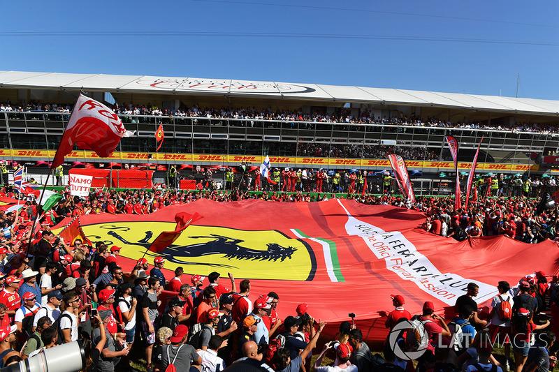 Ferari-Fans und riesige Flagge