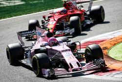 Эстебан Окон, Sahara Force India F1 VJM10, и Кими Райкконен, Ferrari SF70H