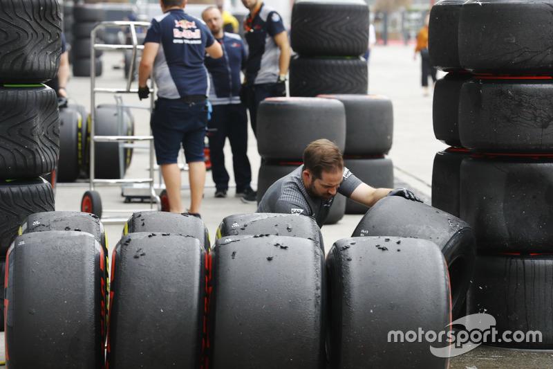 McLaren-Ingenieur untersucht die Soft- und Super- Soft-Reifen