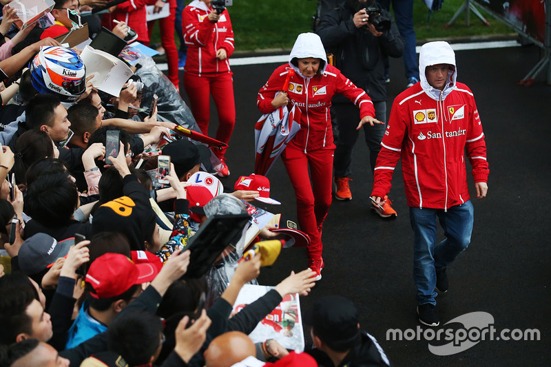 Kimi Raikkonen, Ferrari SF70H, firma autógrafos para los aficionados