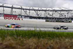 Kyle Busch, Joe Gibbs Racing Toyota and Kurt Busch, Stewart-Haas Racing Ford