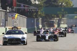 Lewis Hamilton, Mercedes AMG F1 W08 detrás del coche de seguridad