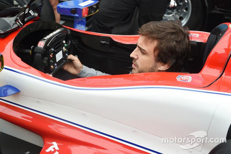 Фернандо Алонсо сідає в машину Марко Андретті