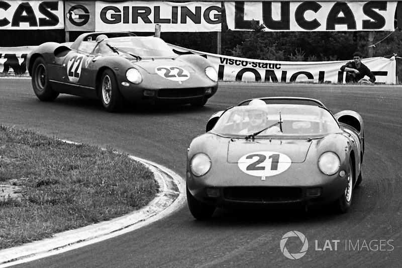 Ludovico Scarfiotti, Lorenzo Bandini, Ferrari 250P na frente de Mike Parkes, Umberto Maglioli, Ferrari 250P
