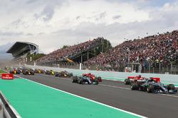 Lewis Hamilton, Mercedes AMG F1 W09, Valtteri Bottas, Mercedes AMG F1 W09, Sebastian Vettel, Ferrari SF71H, Kimi Raikkonen, Ferrari SF71H, Max Verstappen, Red Bull Racing RB14, Daniel Ricciardo, Red Bull Racing RB14, the rest of the field at the start
