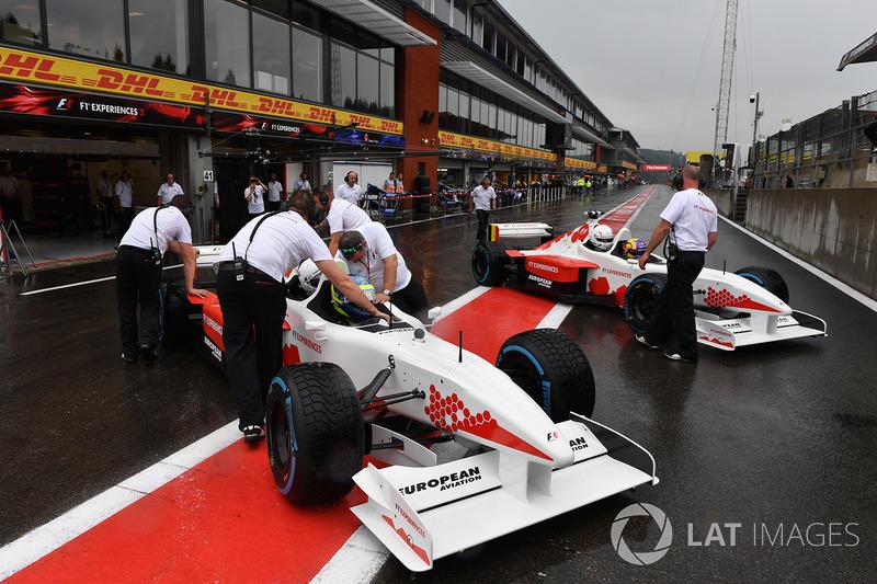 Выпускающий редактор журнала F1 Racing Стюарт Кодлинг и гонщик двухместного автомобиля F1 Experiences Жолт Баумгартнер