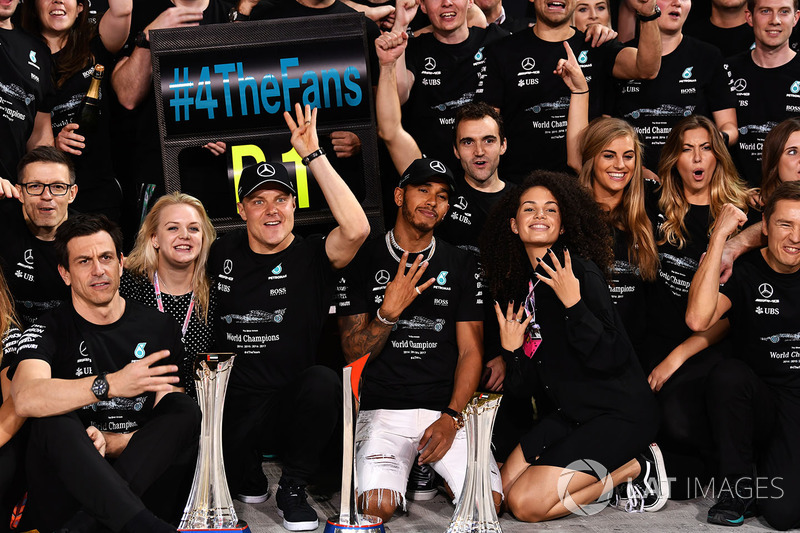 Toto Wolff, Mercedes AMG F1 Director of Motorsport, Valtteri Bottas, Mercedes AMG F1 y su esposa, Emilia Pikkarainen, Lewis Hamilton, Mercedes AMG F1