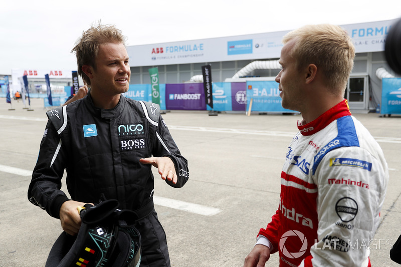 Formula 1 World Champion talking to Felix Rosenqvist, Mahindra Racing