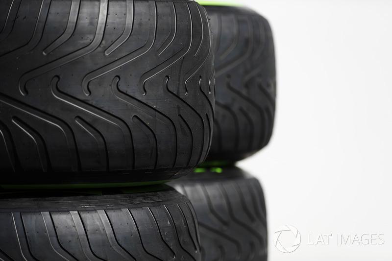 Pirelli neumáticos en el paddock