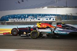 Max Verstappen, Red Bull Racing RB12, en Nico Rosberg, Mercedes F1 W07 Hybrid
