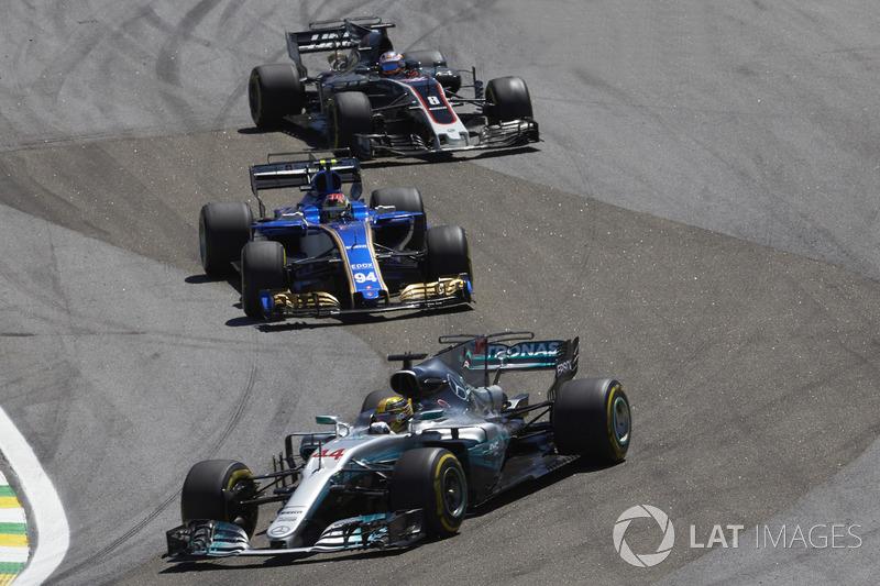 Lewis Hamilton, Mercedes AMG F1 W08, Pascal Wehrlein, Sauber C36, Romain Grosjean, Haas F1 Team VF-17