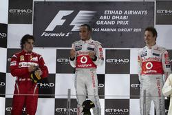 Podio: il secondo classificato Fernando Alonso, Ferrari, il vincitore della gara Lewis Hamilton, McLaren, il terzo classificato Jenson Button, McLaren