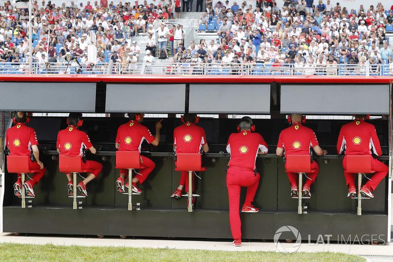 El equipo de Ferrari en el muro
