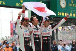 Los ganadores de las 24 Horas de Le Mans 2018 #8 Toyota Gazoo Racing Toyota TS050: Sébastien Buemi, Kazuki Nakajima, Fernando Alonso