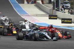 Valtteri Bottas, Mercedes AMG F1 W09, en lutte avec Sebastian Vettel, Ferrari SF71H, au départ