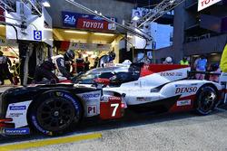#7 Toyota Gazoo Racing Toyota TS050: Mike Conway, Kamui Kobayashi, Jose Maria Lopez, pitstop