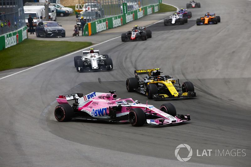 Sergio Perez, Force India VJM11, bertarung dan bersenggolan dengan mobil Carlos Sainz Jr., Renault R.S.18