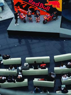 Pol Espargaro, Red Bull KTM Factory Racing, Bradley Smith, Red Bull KTM Factory Racing con Alex Hofm