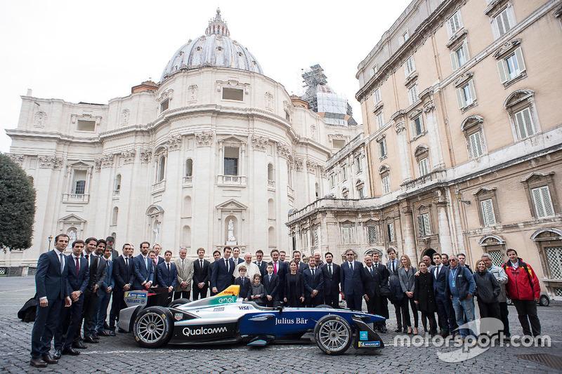 Foto de grupo con el Papa Francisco, Alejandro Agag CEO Fórmula E