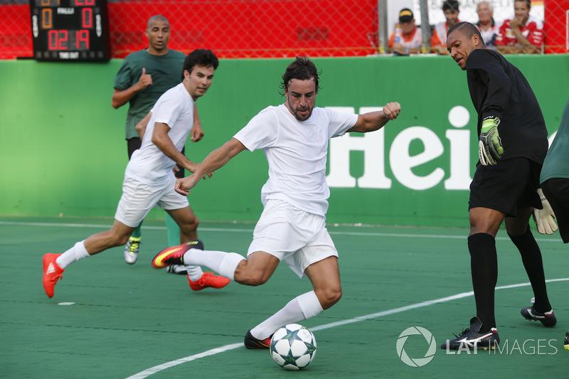 Fernando Alonso, McLaren, gioca a calcio